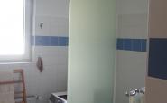 Badezimmer mit Duschtrennwand